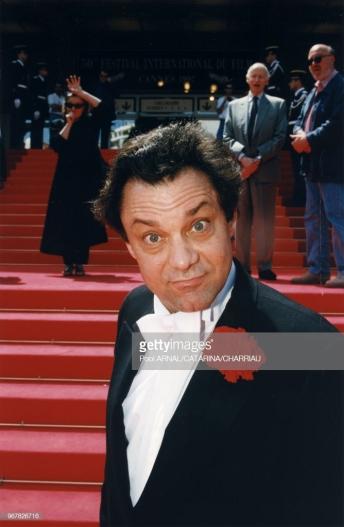 """Au festival de Cannes pour """"Les marches du palais"""", 1997. Clémence derrière en noir qui s'auto-parodie, à coté de Gilles Jacob. Photo GETTY"""